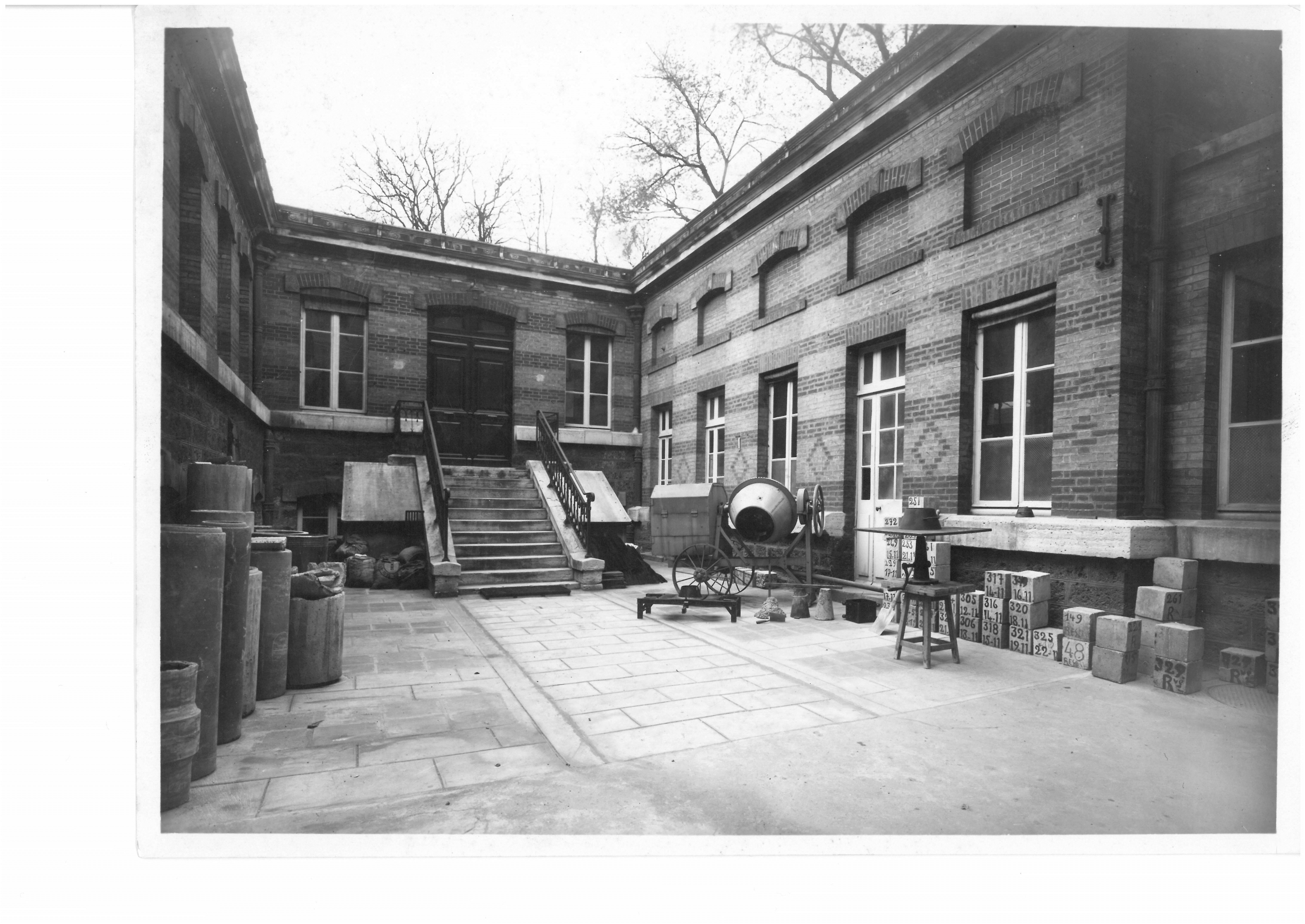 The U-shaped building before being covered with a glass roof, undated; collection of the City of Paris Materials Testing Laboratory.